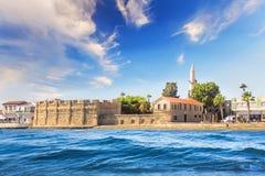拉纳卡城堡的美丽的景色,在塞浦路斯的海岛上 库存照片
