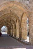 """拉纳卡,塞浦路斯†""""2015年6月26日:Sain教会的拱道  免版税库存图片"""