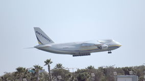 拉纳卡,塞浦路斯- 2017年2月:巨大的货物airpcraft飞行和着陆 在下滑路径之后 股票录像