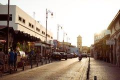 拉纳卡,塞浦路斯- 2015年8月16日:在老街道的日落在拉纳卡老镇的中心导致拉撒路教会  免版税库存图片
