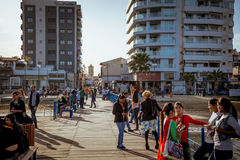 拉纳卡,塞浦路斯- 3月13 :本机和游人城堡正方形的 免版税图库摄影