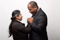 拉美裔和非裔美国人的愉快的混合的族种夫妇 免版税库存图片