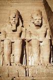 拉美西斯二世和Nefertari的雕象在阿布格莱布Simbel寺庙 库存照片