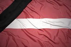拉脱维亚的国旗有黑哀悼的丝带的 免版税图库摄影