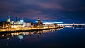 拉脱维亚里加 时间间隔都市风景Timelapse定期流逝在早晨日出时间的 城堡,圆顶大教堂夜视图  影视素材