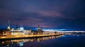 拉脱维亚里加 时间间隔都市风景Timelapse定期流逝在早晨日出时间的 城堡,圆顶大教堂夜视图  股票视频