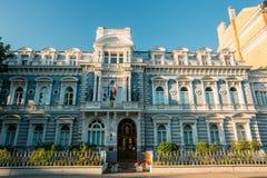 拉脱维亚里加 法国的使馆在拉脱维亚 大厦门面在蓝色清楚的天空下 库存图片