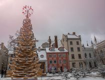 拉脱维亚里加 里加老镇  在哥特式样式的门面 与心脏的木圣诞树 图库摄影