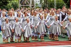 拉脱维亚青年歌曲和舞蹈节日盛大民间舞音乐会的舞蹈家  免版税库存图片