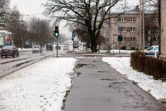 拉脱维亚,里加- 12月1 2017年:在城市、交通和人民的湿雪在溜滑街道上 库存照片