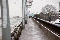 拉脱维亚,里加- 12月1 2017年:在城市、交通和人民的湿雪在溜滑街道上 库存图片