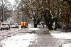 拉脱维亚,里加- 12月1 2017年:在城市、交通和人民的湿雪在溜滑街道上 免版税库存照片