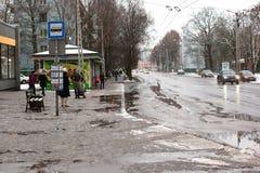 拉脱维亚,里加- 12月1 2017年:在城市、交通和人民的湿雪在溜滑街道上 免版税库存图片
