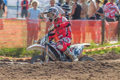 拉脱维亚, Cesis,世界冠军摩托车越野赛,与motorcy的司机 免版税库存图片