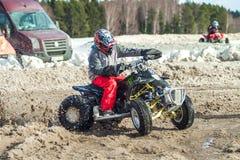 拉脱维亚, Jaunrauna,冬天摩托车越野赛,与quadracycle,镭的司机 免版税库存照片