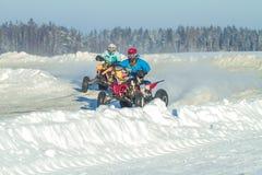 拉脱维亚, Jaunrauna,冬天摩托车越野赛,与quadracycle,镭的司机 免版税图库摄影