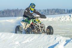 拉脱维亚, Jaunrauna,冬天摩托车越野赛,与quadracycle,镭的司机 免版税库存图片