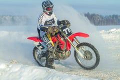 拉脱维亚, Raiskums,冬天摩托车越野赛,与摩托车,种族的司机 库存图片