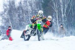 拉脱维亚, Raiskums,冬天摩托车越野赛, Skioring,与马达的司机 免版税库存照片