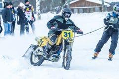 拉脱维亚, Raiskums,冬天摩托车越野赛, Skioring,与马达的司机 免版税库存图片