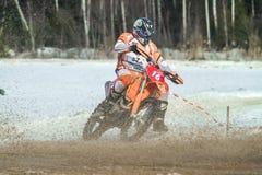 拉脱维亚, Raiskums,冬天摩托车越野赛, Skioring,与马达的司机 库存图片