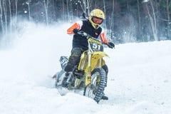 拉脱维亚, Raiskums,冬天摩托车越野赛, Skioring,与马达的司机 图库摄影