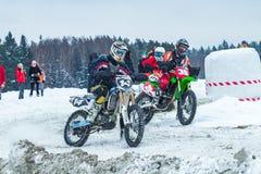 拉脱维亚, Raiskums,冬天摩托车越野赛, Skioring,与马达的司机 免版税图库摄影