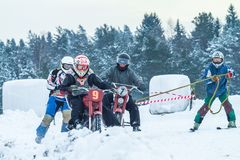 拉脱维亚, Raiskums,冬天摩托车越野赛, Skioring,与马达的司机 库存照片