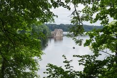 拉脱维亚 老河和绿色树 废墟和反射 免版税库存照片