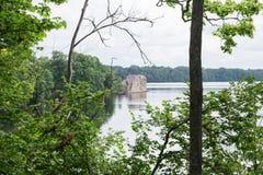拉脱维亚 老河和绿色树 废墟和反射 库存照片