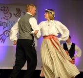 拉脱维亚夫妇跳舞 库存照片