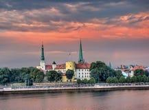 拉脱维亚的总统住所的看法在反对微量的里加 库存图片