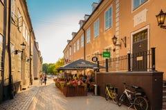 拉脱维亚里加 休息在咖啡馆餐馆和走在Torna街上的人们 免版税图库摄影