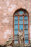 拉脱维亚里加 古老石灰石雕塑接近的看法在门面的 免版税库存图片