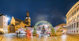 拉脱维亚里加 在圆顶正方形的Xmas市场与里加圆顶大教堂 免版税库存图片
