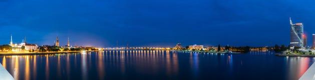 拉脱维亚里加 在均匀照明的全景都市风景在两个 免版税图库摄影