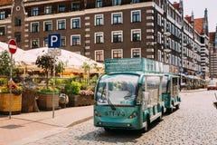 拉脱维亚里加 有游人人的电车在露天休闲地点休闲附近的探索的城市` s吸引力的 库存照片