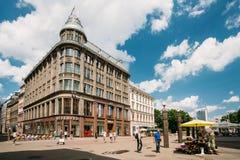 拉脱维亚里加 走在商店附近的人们预留在Valnu街上 库存图片