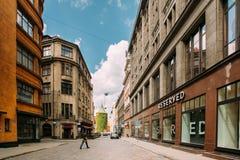 拉脱维亚里加 走在商店附近的人们预留在Valnu街上 免版税库存照片