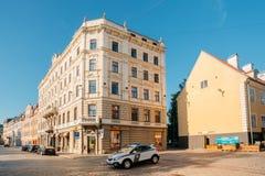 拉脱维亚里加 路在停车处的警车在老Jekaba街上 库存照片