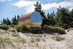 拉脱维亚,海角Kolka 以桶的形式议院在海岸o 免版税库存图片