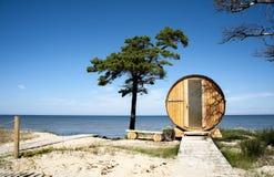 拉脱维亚,海角Kolka 以桶的形式议院在海岸o 免版税库存照片