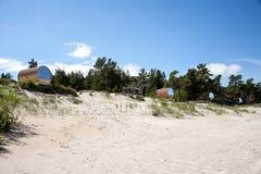 拉脱维亚, Kolka,海角 木房子,以在Th的桶的形式 库存照片