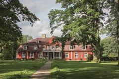 拉脱维亚 这是居住的一个典型的房子户外在夏天 它在19世纪被修造了 图库摄影