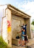 拉腊什,摩洛哥- 2010年9月16日:摆在为照相机的小组孩子 库存图片