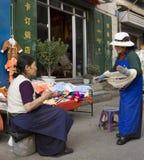 拉萨局部西藏妇女 免版税库存图片