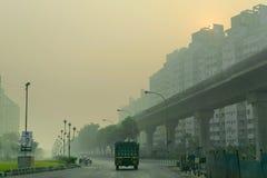 拉贾尔哈特戈帕尔普尔纽敦路在冬天早晨,加尔各答,西孟加拉邦,印度 免版税库存照片
