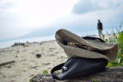 拉贾巴萨火山,班达楠榜,印度尼西亚 2018年7月03日:在岸的未认出的黑腰部袋子和帽子织品在Sebesi海岛, Indon 免版税图库摄影
