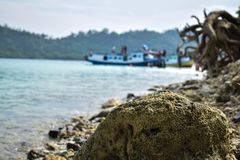 拉贾巴萨火山,班达楠榜,印度尼西亚 2018年7月03日:一条小船的未认出的成员在岸的在Sebesi海岛,印度尼西亚 免版税库存图片