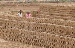 拉贾斯坦,印度- 2018年3月16日:印地安工作在砖的男人和妇女析因 免版税库存图片